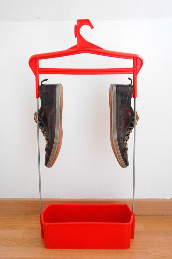 Des chaussures accrochées au portant
