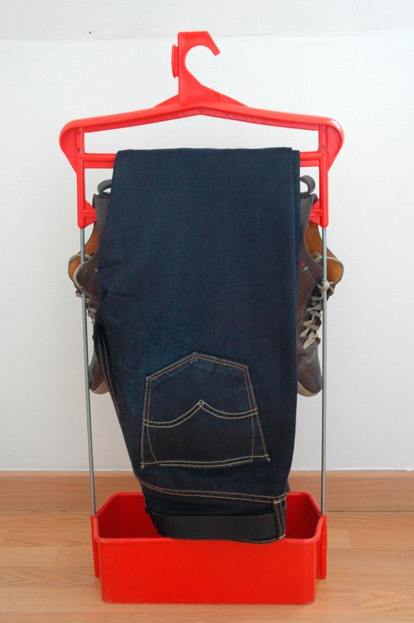 Un jeans touche les semelles des chaussures