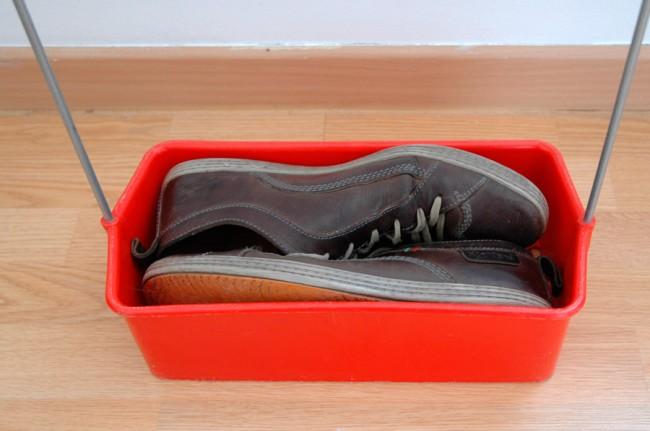 Des chaussures rangées dans le panier